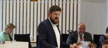 Julian Barlen im Plenum
